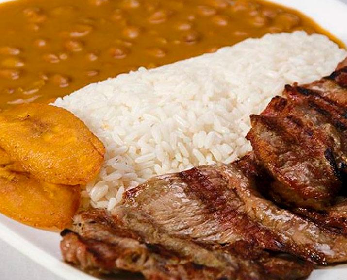 Menestra con Carne Asada Ecuador